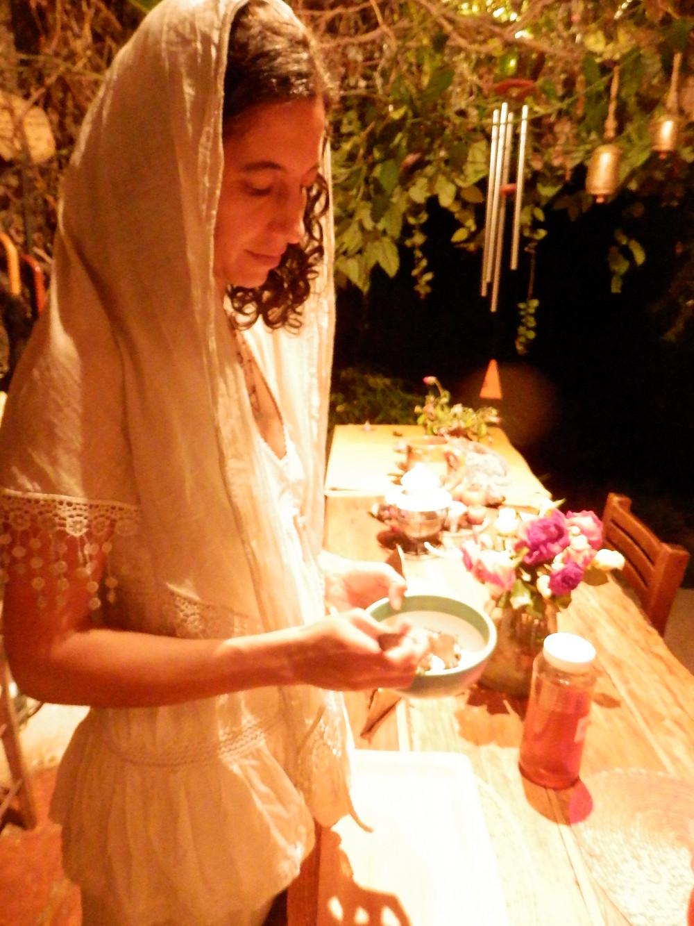 Preparacion de una ofrenda para el ritual de clausura
