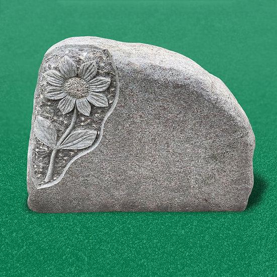 Smuk plænesten i et ru design med dekoration til brug som gravsten