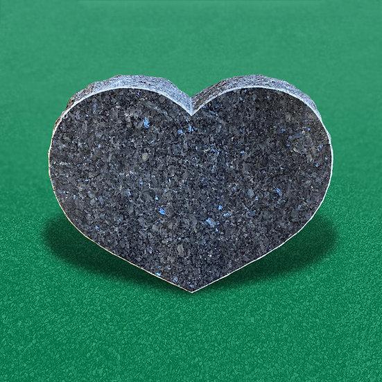 Gravsten som hedder lys labrador i et hjerteformet og poleret design
