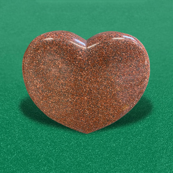 Gravsten i rød som er hjerteformet og fuldpoleret look