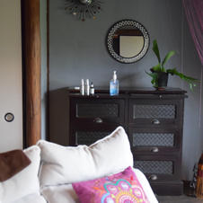 和と洋がミックスされたおしゃれな床の間。背術に利用するオイルやミスト、タオルなどを置いておける棚もございます。