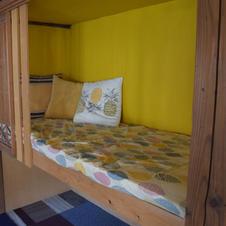 押入れの2階をベッドスペースに!仮眠がとりたくなった人や、一人の空間で仕事、読書をしたい人にオススメです。