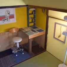 押入れを切り抜いて机と棚ができました。タイル張りのおしゃれな机でうきうき仕事がはかどりますね!