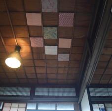 つきの間の天井には、使わなくなった着物で作られたキャンバスアートが! ソファでくつろぎながら目に入るレトロな彩りにうっとり。