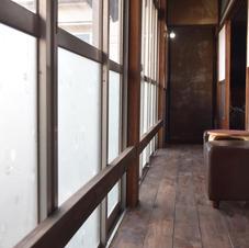 外の廊下で一休み トイレや洗面所へは、奥の階段から降りていくと近いです。