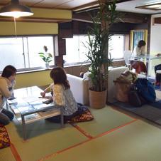 色鮮やかな畳のヘリは着物の帯をアップサイクルしたものです。座布団やソファ、スツールなど、気分に合わせておもいおもいの場所で過ごせる空間になっています。