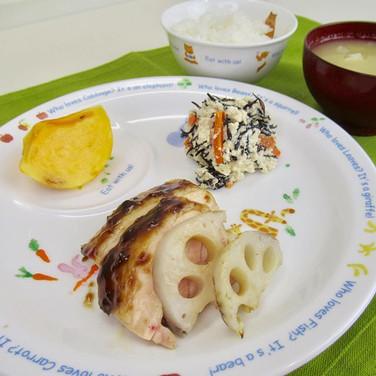 鶏肉の梅照り焼き 鶏肉は焼いた後にカットする方が しっとり仕上がります。  カッ