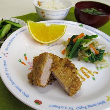 とんかつ 塩こんぶきゅうり 小松菜ともやしのおかか和え オレンジ 味噌汁 ごはん