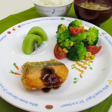 鮭の季節〜 秋鮭のフライ タルタルソースでもいいな。 野菜とヨーグルトで♪  鮭