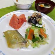 魚の味噌焼き 中華風野菜炒め なすの揚げ浸し 味噌汁 ごはん すいか  なすが甘