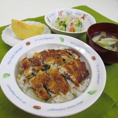 今日の給食はいわしの蒲焼き丼♪  魚へんに「弱い」と書いて「鰯」 鮮度が落ちやす