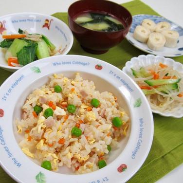 今日の給食 炊飯器でチャーハン チンゲン菜とえのきの煮浸し 春雨の和え物 味噌汁