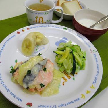 鮭のグラタン じゃがいもを薄くスライスしてミルクと鮭を煮ていきます。 じゃがいも