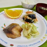 今日の給食 ブリの照り焼き なすの味噌炒め キャベツのごま和え  なすは多めの油