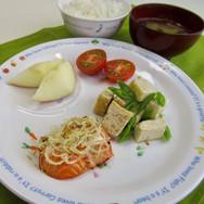 今日の給食  鮭のレモン焼き  厚揚げといんげんの土佐煮 ミニトマト ごはん 味