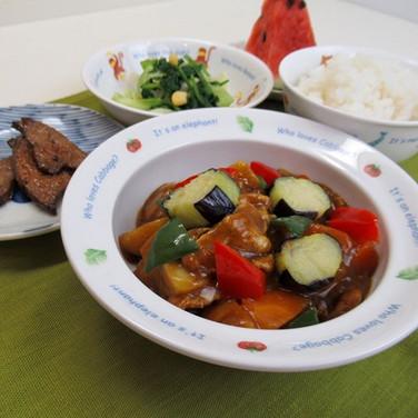 揚げる 高温の油で食材を揚げる。  食材の中の水分と油が入れ替わって 衣はさくっ