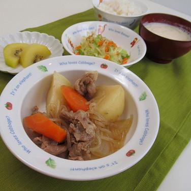 肉じゃが キャベツとにんじんのおひたし 豆乳味噌汁 ごはん  野菜をゴロゴロ大き