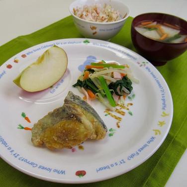 サゴシのカレー竜田揚げ 小松菜とハムのサラダ ゆかりごはん 味噌汁 りんご  サ