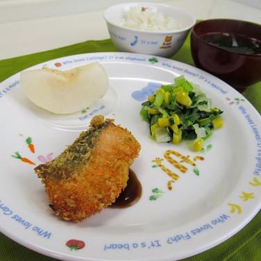 秋鮭のフライ 小松菜コールスローサラダ  みんな大好きなメニューです😍  #え
