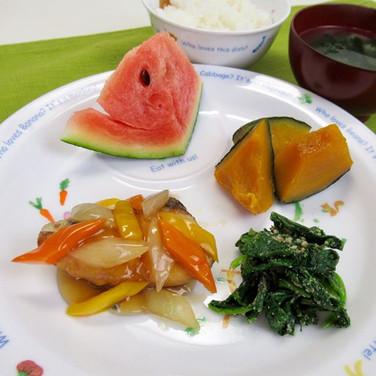 今日の給食 さわらの唐揚げ 甘酢あん ほうれん草のごま和え かぼちゃの甘煮 ごは