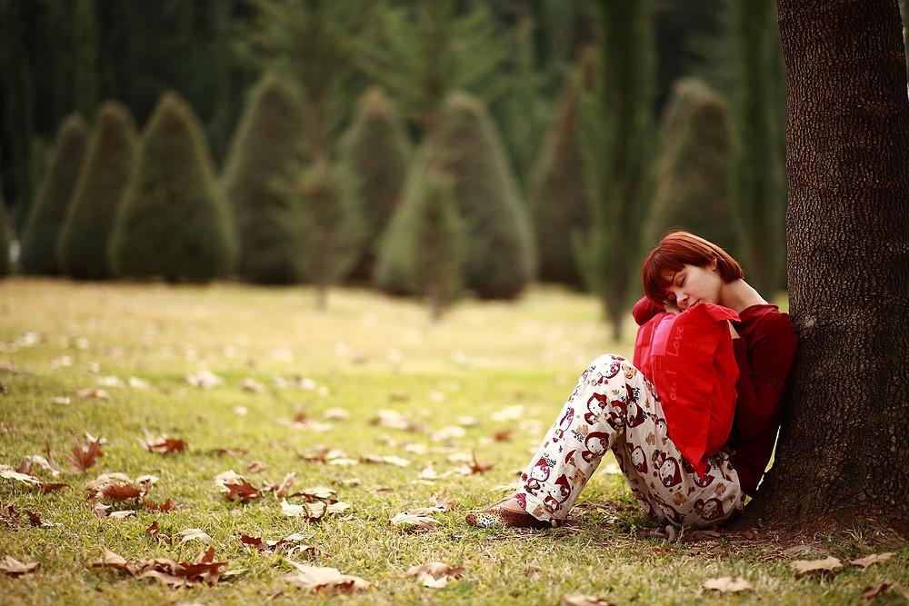 Ragazza che dorme sotto una albero Photo by Engin_Akyurt