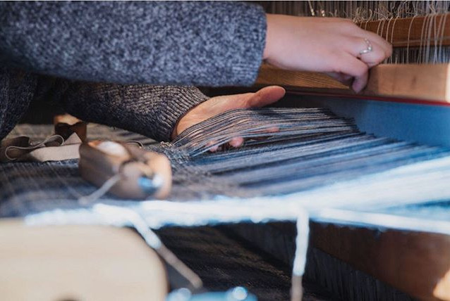 Separating the wool warp threads in the