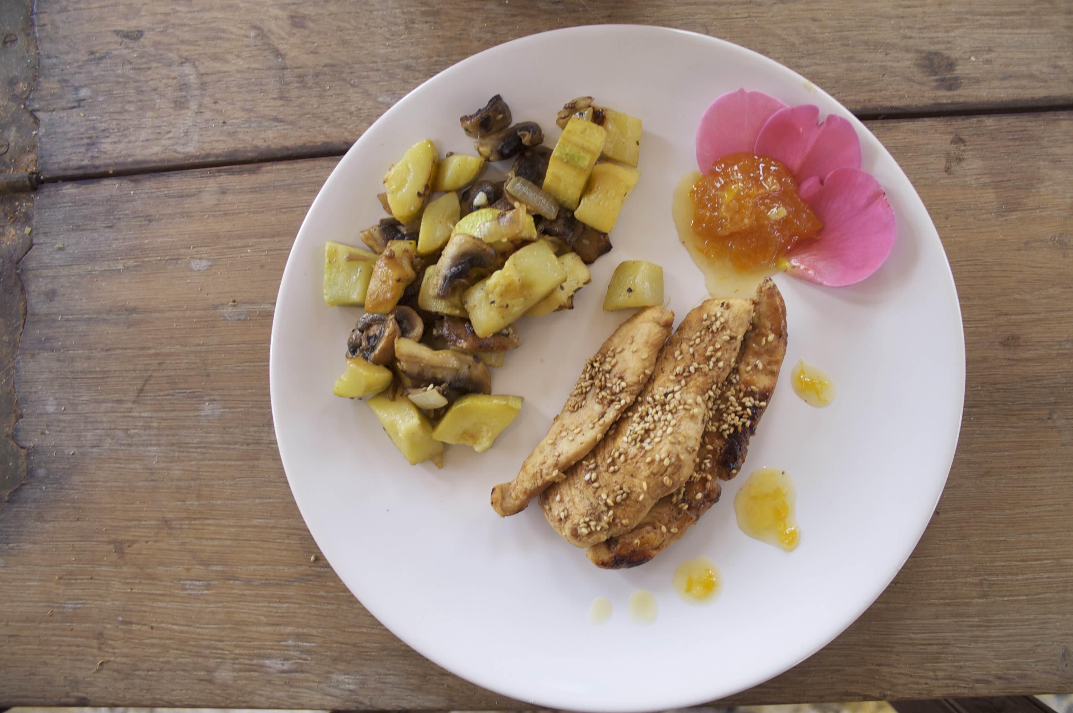 aiguillettes_de_poulet_au_sesame_+_fricassé_courgette_champpigon_au_citron_avec