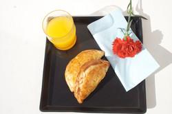 petit_break_chausson_aux_pommes,_jus_d_orange_et_café_ou_thé.jpg