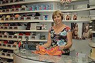 רות דנה בחנות החדשה של סלון מרי ללבני נשים