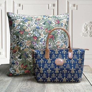 royale tapisserie royal tapisserie sac à main coussin fleurs de lys fond bleu tissage jacquard fabriqué en france france french tapestry bag cushion lily flower handbag cushion made in france