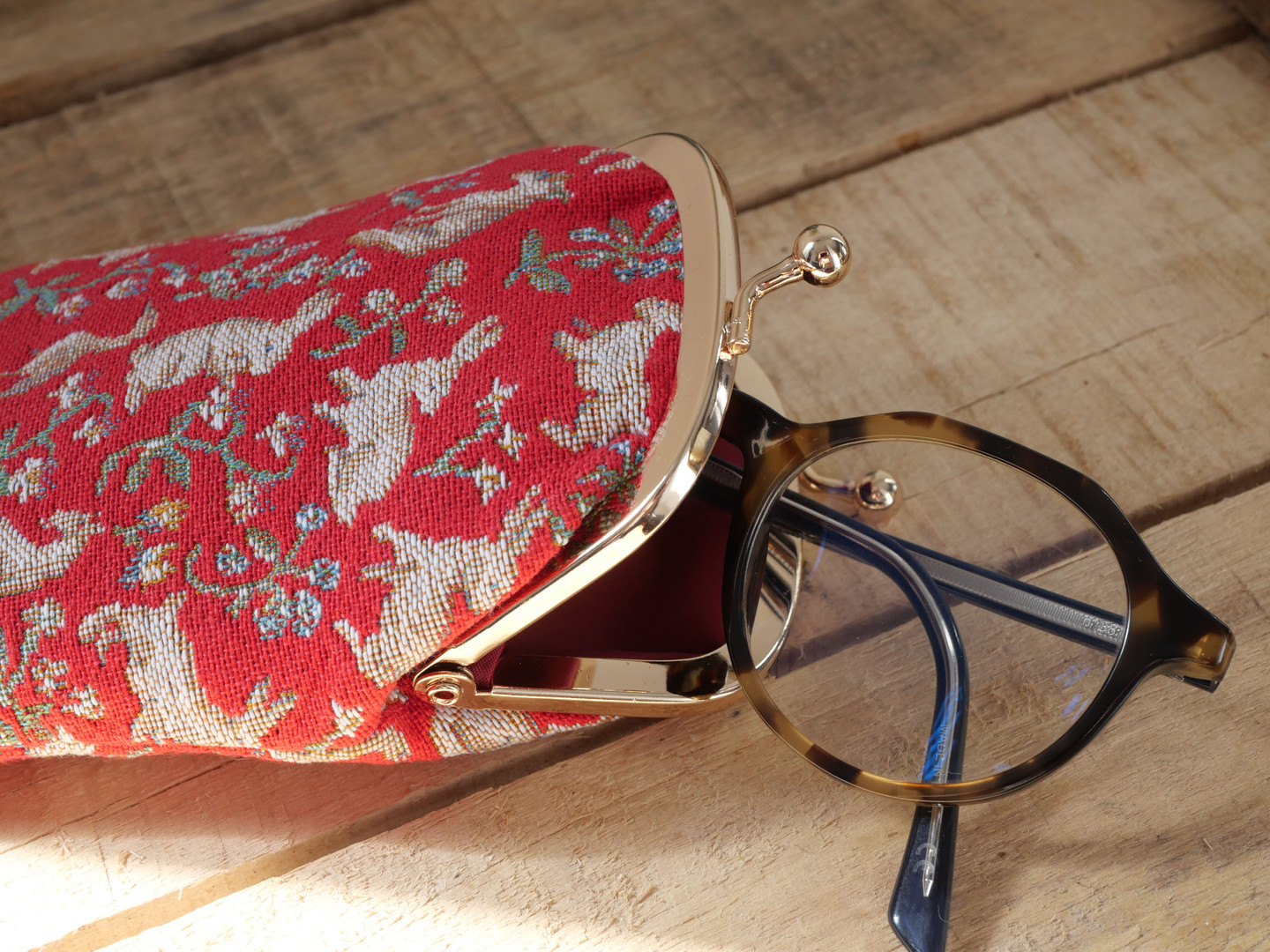 "Etui à lunettes rétro de la collection ""Mille Fleurs"" issu de La Dame à la Licorne (ref 405.64) Royal Tapisserie / Glasses case tapestry from the ""Lady and the Unicorn"""