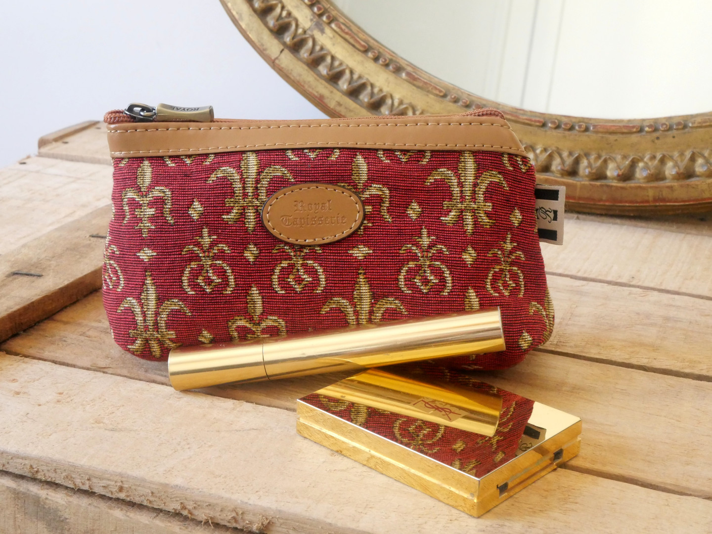 "Trousse maquillage de la collection ""Fleurs de Lys rouge"" (ref 8850.83) Royal Tapisserie / Pencil case tapestry"
