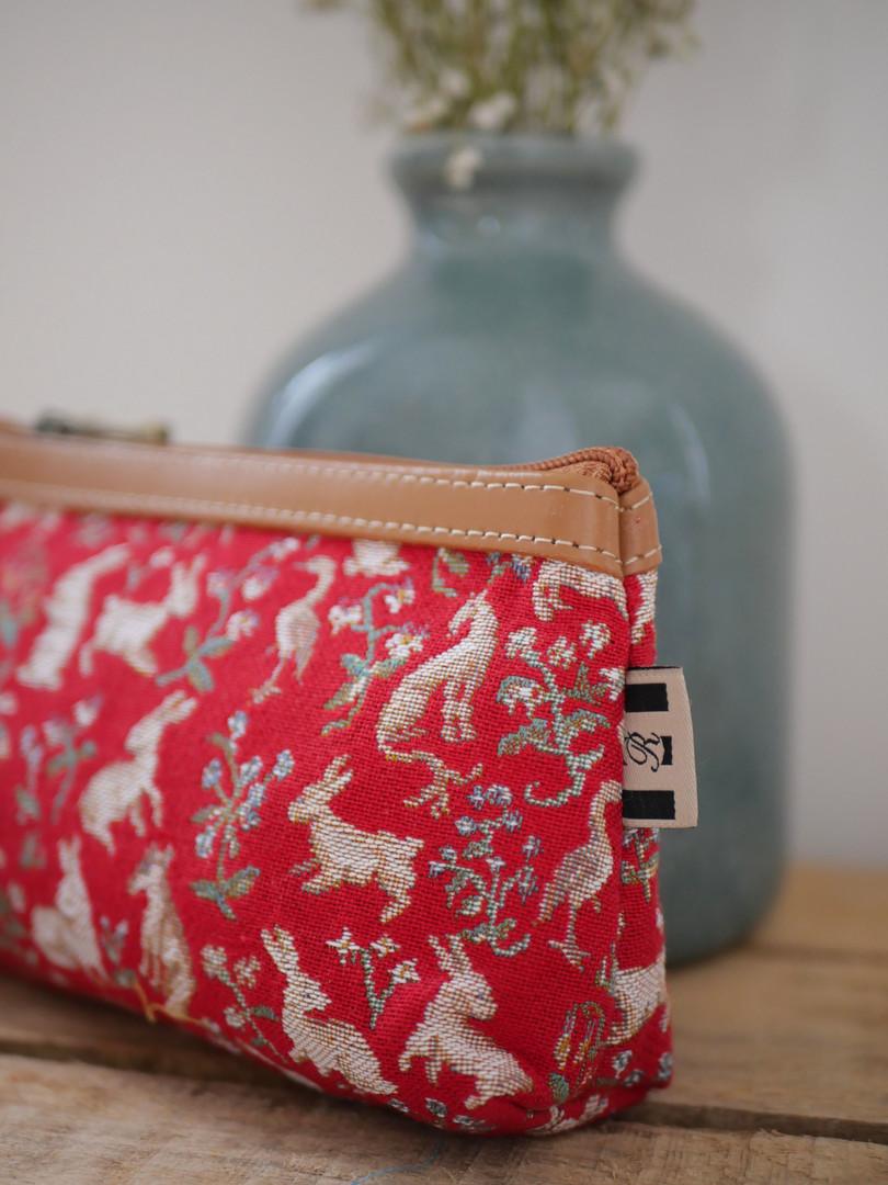 "Pochette à maquillage de la collection ""Mille Fleurs"" issu de La Dame à la Licorne (ref 8850.64) Royal Tapisserie / Pencil case tapestry from the ""Lady and the Unicorn"""