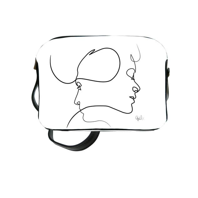 "Sac bandoulière Quibe ""Presque"" fond blanc   Référence 8901PB"