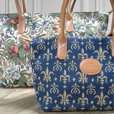 royale tapisserie royal tapisserie sac à main coussin fleurs de lys sur fond bleu tissage jacquard fabriqué en france france french tapestry bag cushion lily flower handbag cushion made in france