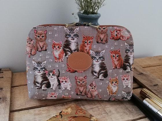 Trousse de toilette chat chaton Royal Tapisserie pochette coussin handbag tapestry cushion pencil case cat kittens France