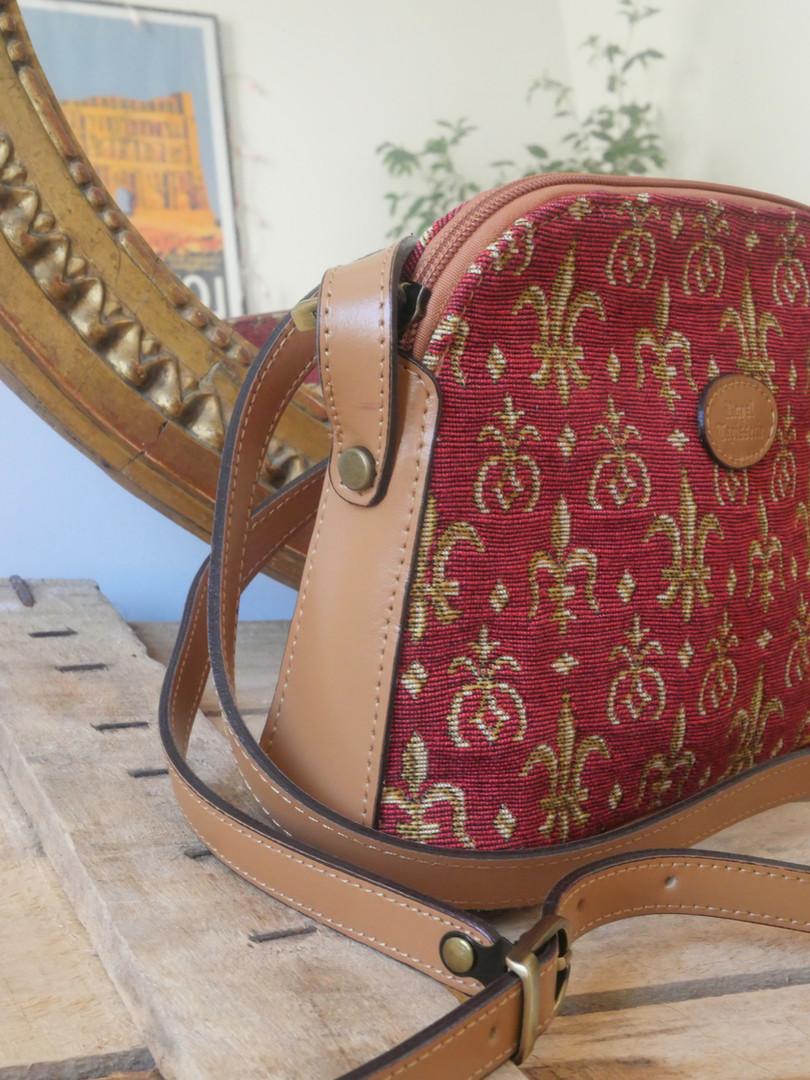 """Sac bandoulière de la collection """"Fleurs de Lys rouge"""" (ref 8901.83) Royal Tapisserie / Shoulder bag tapestry"""