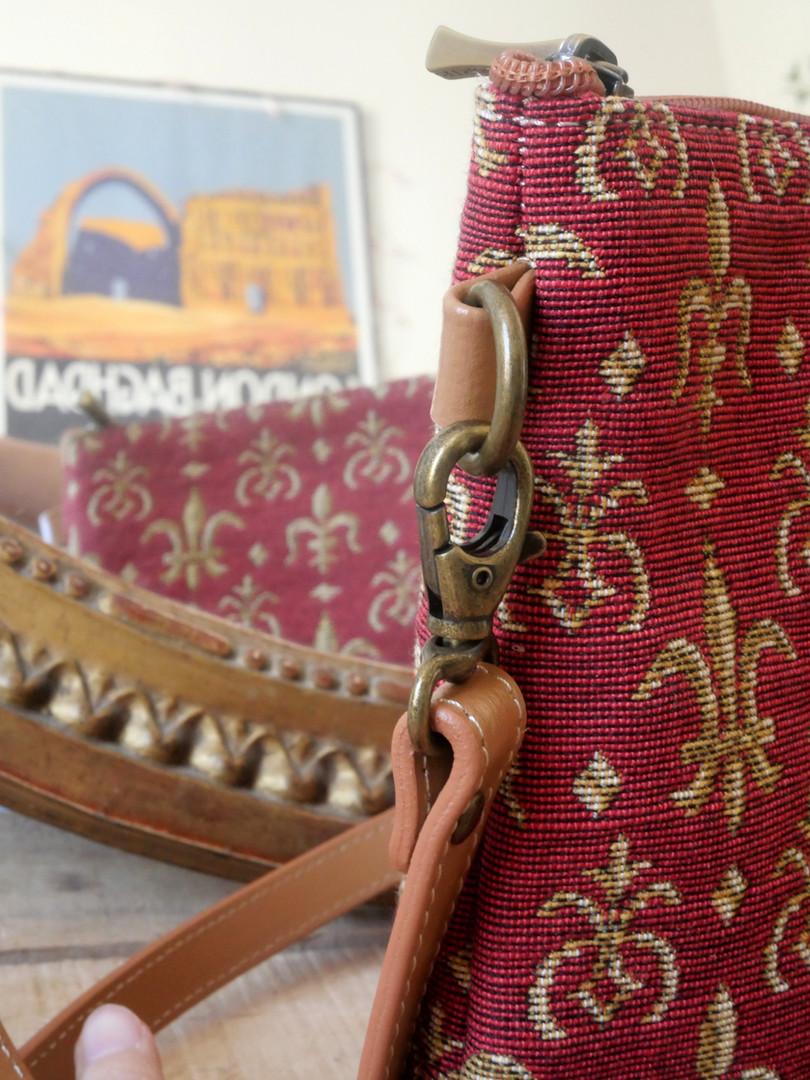 """Sac bandoulière de la collection """"Fleurs de Lys rouge"""" (ref 8972.83) Royal Tapisserie / Shoulder bag tapestry"""