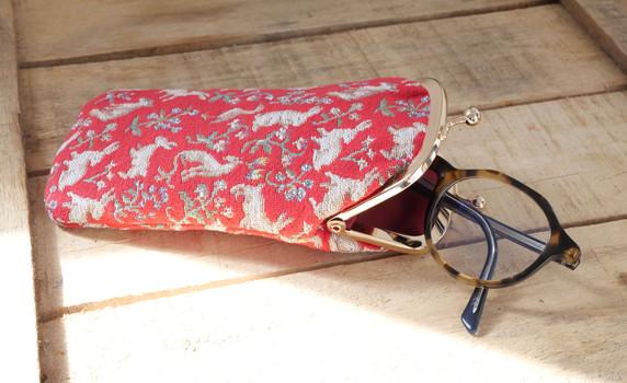 """Etui à lunettes rétro de la collection """"Mille Fleurs"""" issu de La Dame à la Licorne (ref 405.64) Royal Tapisserie / Glasses case tapestry from the """"Lady and the Unicorn"""""""
