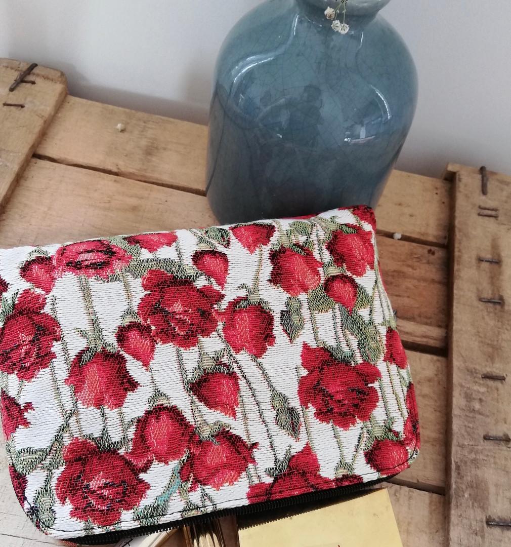 """Trousse de toilette de la collection """"Roses Rouges"""" (ref 8881.66) Royal Tapisserie / Pencil case tapestry"""