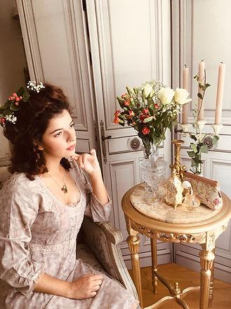 royal tapisserie Trousse Marie-Antoinette Château de Versailles marie antoinette louis XVI tapisserie tapestry castle bal costumé accessoire versailles palace french tapstry bag royale tapisserie tissage jacquard fleurs de lys
