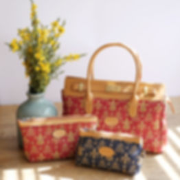 royale tapisserie royal tapisserie sac à main coussin fleurs de lys fond rouge tissage jacquard fabriqué en france france french tapestry bag cushion lily flower red handbag cushion made in france