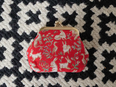 """Porte-monnaie rétro de la collection """"Mille Fleurs"""" issu de La Dame à la Licorne (ref 402.64) Royal Tapisserie / coin purse tapestry from the """"Lady and the Unicorn"""""""