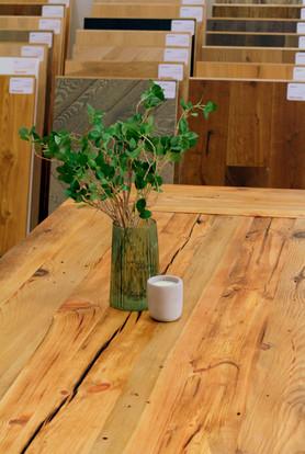 stoły z blatami ze starego drewna