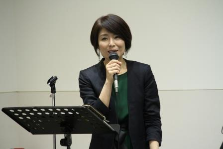 トークセッション「ウイスキートーク」の司会は歌手の眞璃子さん