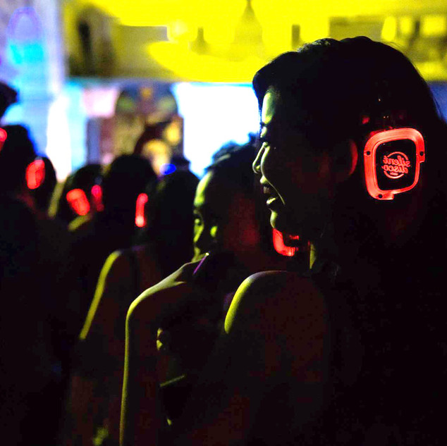 Party_girl_with_headphone_-_Photo_Credit