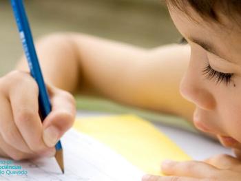 Trocar a escrita à mão por digitação pode prejudicar o desenvolvimento da criança