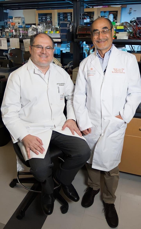 Dr. João Quevedo (esq.) e Dr. Yahuan Lou. Foto: Brian Schnupp