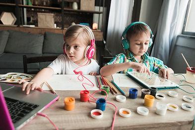 criancas-pintando-e-usando-computador_23