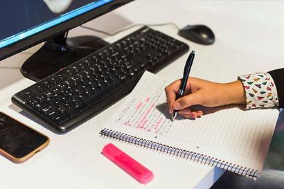 mao-de-colheita-escrevendo-no-caderno-pe